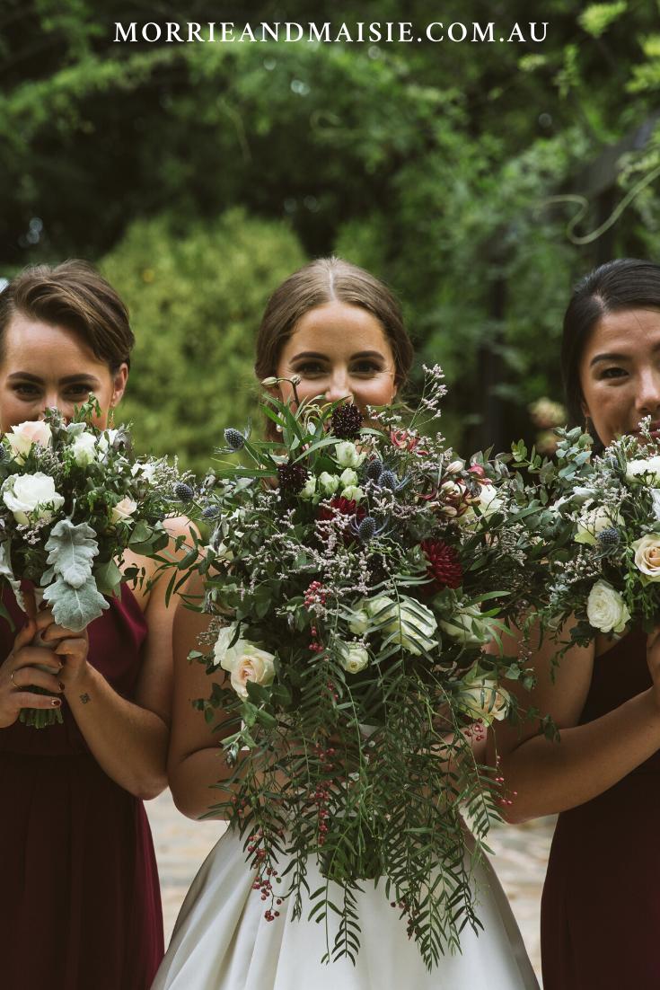 Australian Garden Wedding – het perfecte oversized Bourgondische bruidsboeket met een vleugje blauw