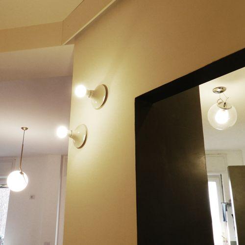Dettaglio lampade uitlizzate. Teti di Artemide a parete, Miconos ...