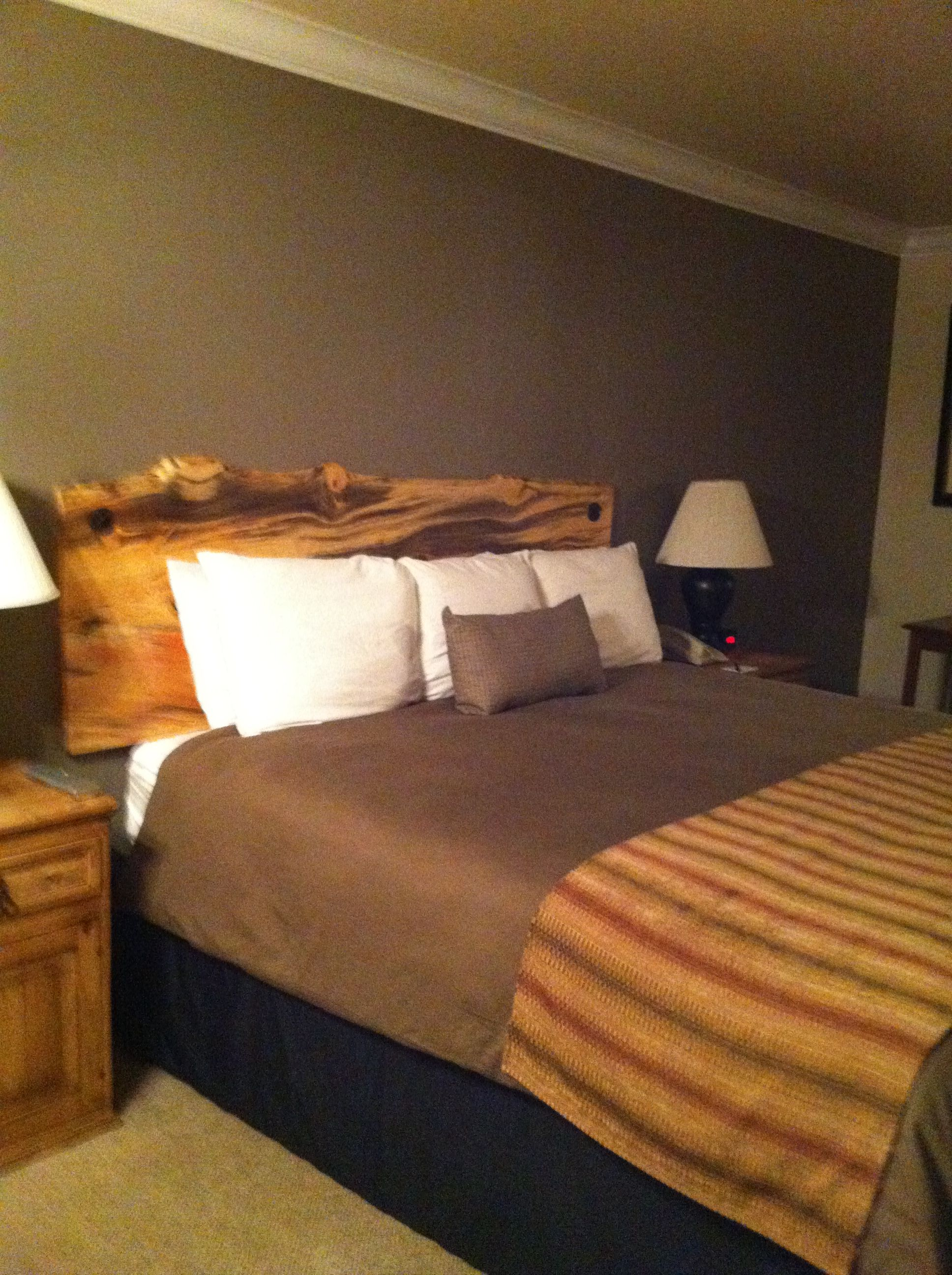 Day Comfy bed and very nice decor Historian Inn Gardnerville