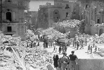 Les décombres de l'opéra de Valletta, après un bombardement, le 7 avril 1942