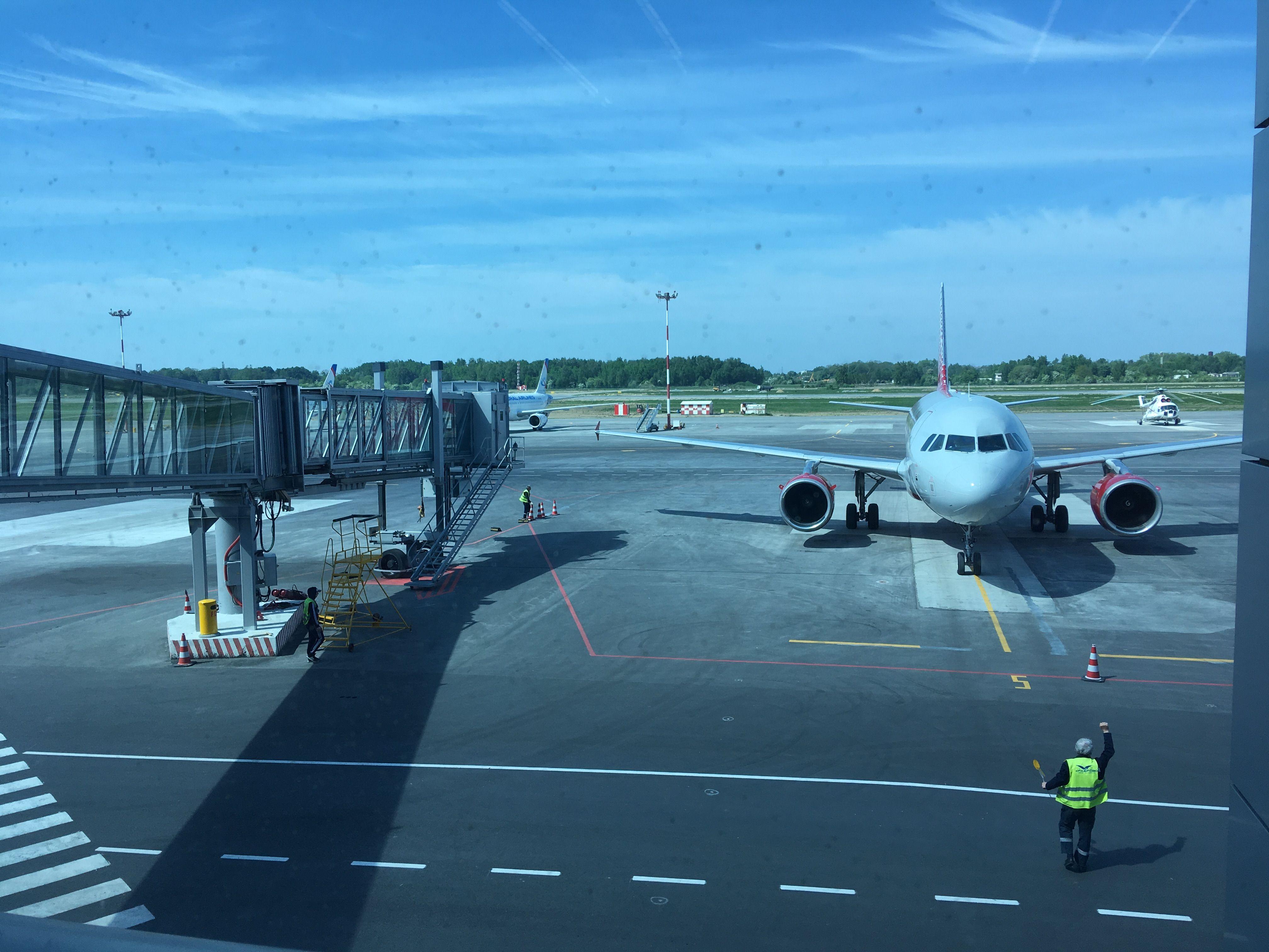В аэропорту Храброво, прибытие самолета