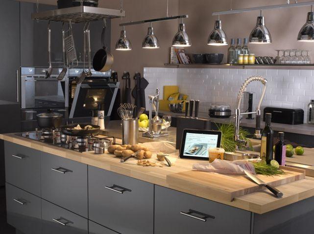 une cuisine grise en inox on aime le look industriel de. Black Bedroom Furniture Sets. Home Design Ideas