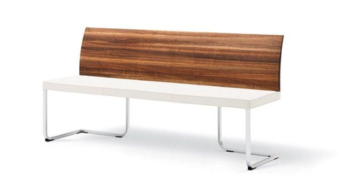 stretto Bank mit geschmackvoll gestalteter Holzlehne. Eine polarweiß ...