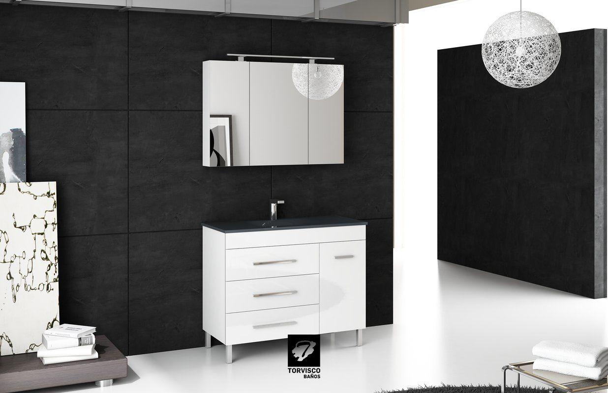 Mueble de baño modelo NIGER de TORVISCO GROUP. Mueble de 100cms con tres cajones y una puerta en blanco brillo y con tiradores cromados. Espejo CAMERINO con estantes en su interior y foco IZARO. Encimera de cristal. Todo de nuestro catálogo BATHONE.