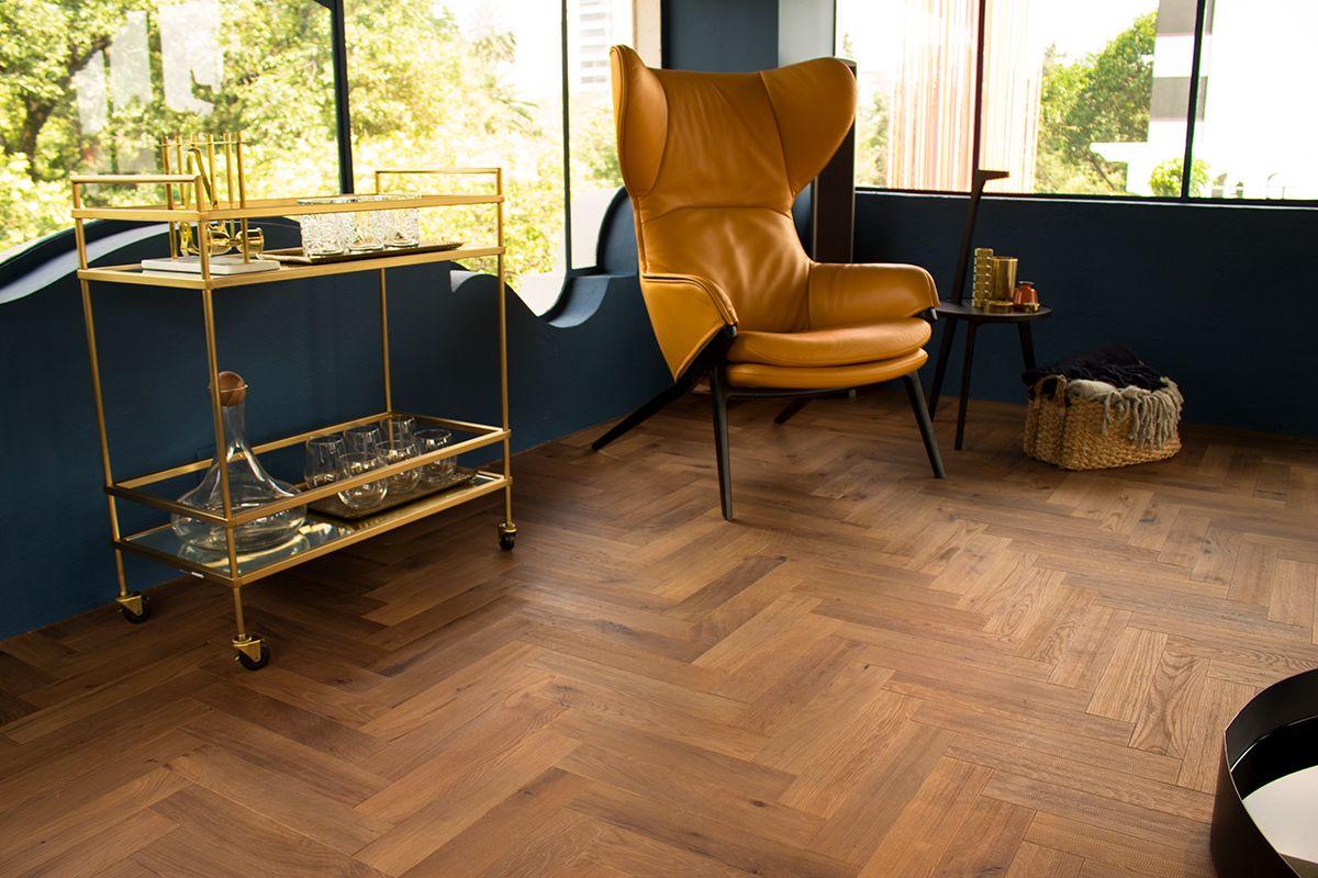 El diseño del Herringbone te da un look completamente diferente y resalta el piso de tus espacios, creando una atmósfera distinta.