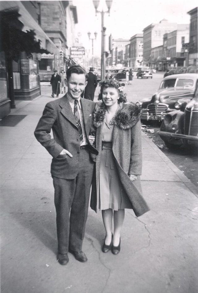 fashion in the 1940s Women's clothing women's clothes of the 1940s were typically modeled after the utility clothes produced during war rationing squared shoulders, narrow hips, and skirts that ended just below the knee were the height of fashion.
