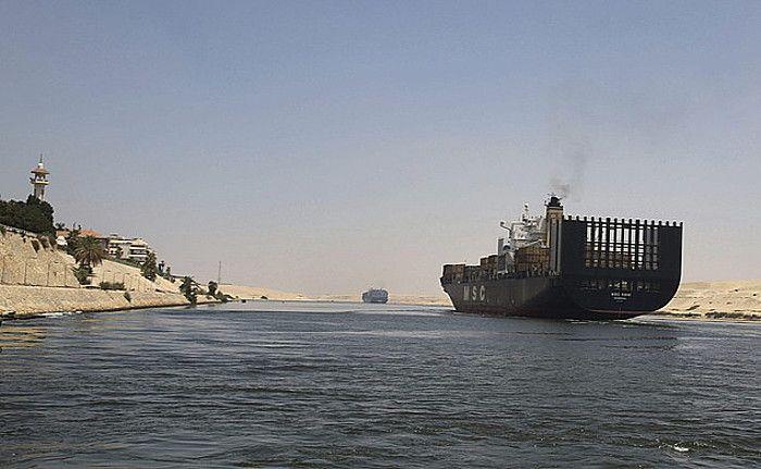 Los nuevos canales están llenos de polémica Suez. El proyecto tiene como objetivo duplicar el número de barcos que pasan por el estrecho. En segundo lugar solamente a la financiación de los canales de Egipto. Una docena de aldeas han sido vaciados, las obras.