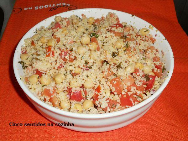 Salada fria de couscous com tomate e grão