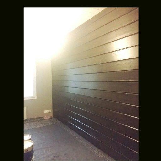 Uusi tumma paneeli seinä