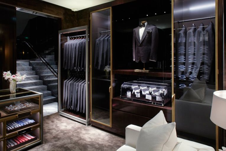 290912b6d830 I really dig the dark wood and gold trim with glass fronted cases. tom ford  store - Cerca con Google