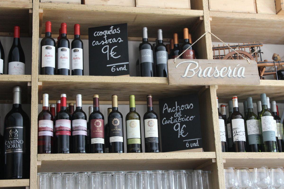 Una copa de vino de #Soria para acompañar unas croquetas caseras, ¡riquísimas! #restaurante #gastronomia #vinos