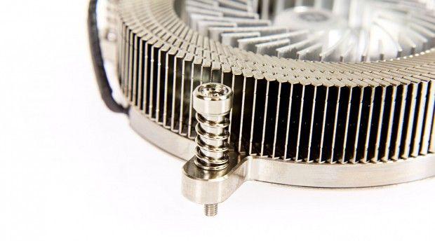 Montiert wird der Engine 27 mit vier gefederten Schrauben (Foto: Martin Wolf/Golem.de)