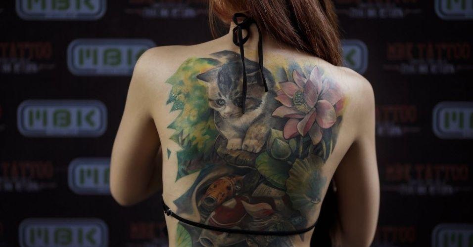 Uma competidora do Concurso MBK de Tatuagem, realizado em um shopping center de Bancoc, mostra suas tatuagens na Tailândia