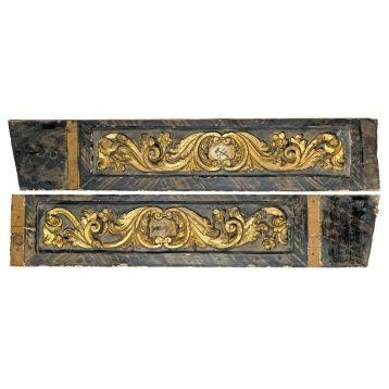 ESCUELA ESPAÑOLA SIGLO XVIII Pareja de tablas pertenecientes a casa de Chinchón. Madera tallada y con policromía. Llevan signos masónicos. Medidas: 116 x 23 cm cada una.
