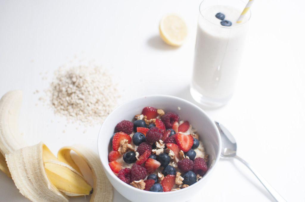 Porridge mit frischen Beeren und Walnüsse
