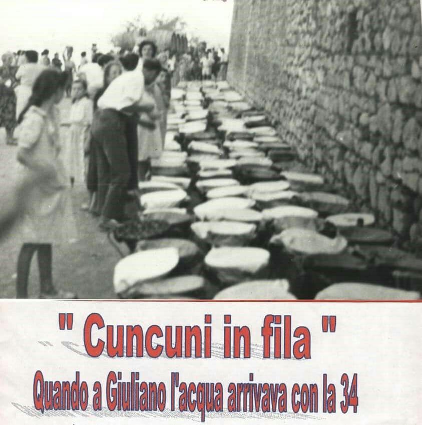 Anni 50,file di CONCHE in attesa di acqua potabile,sopra delle pezze che servivano da GROLLA