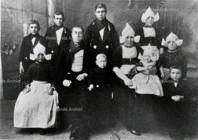 Familie Jacob Bond (Jaap van Grietje), visser (1888-1953); gehuwd met Grietje Tol (1888-1937), en hun 9 kinderen: Dirk, Cornelis, Grietje, Thames, Trijntje, Antje, Dirk, Kees, Aagje #NoordHolland #Volendam