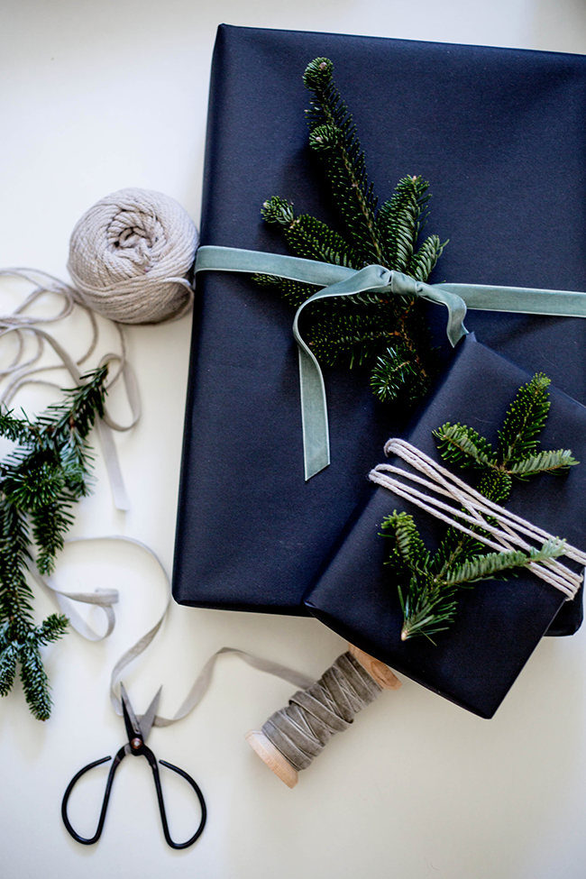 3e510ebfd2851 an oh so modern Christmas - gift wrapping with black paper, fresh ...