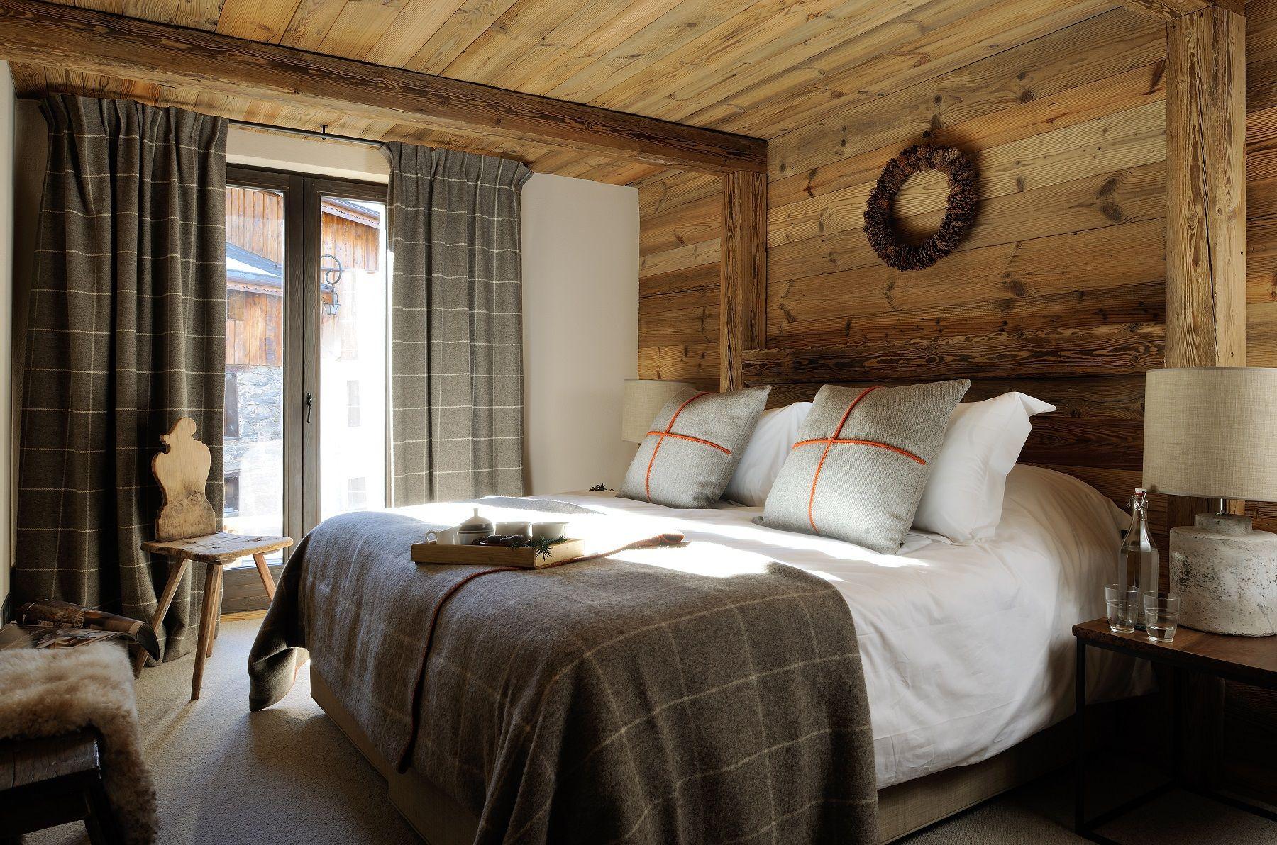 Double Rideaux Style Chalet chambre double, vieux bois, rideaux, coussins, jetée de lit