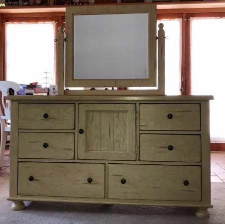 Best Broyhill Attic Heirlooms Dresser With Mirror In Off White 400 x 300