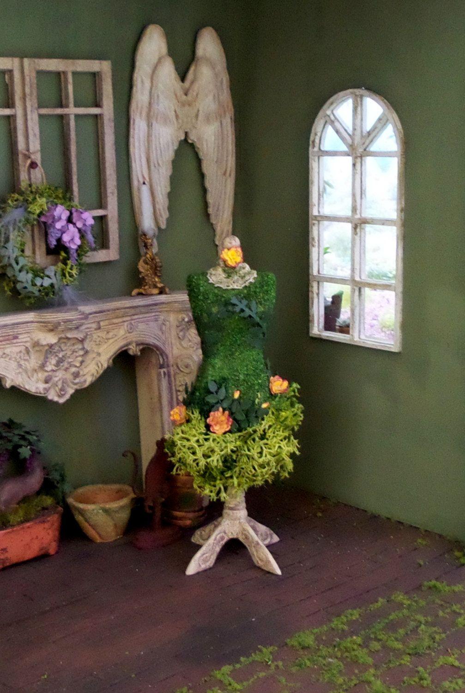 mannequin v g tal en bois avec herbe plante verte et. Black Bedroom Furniture Sets. Home Design Ideas
