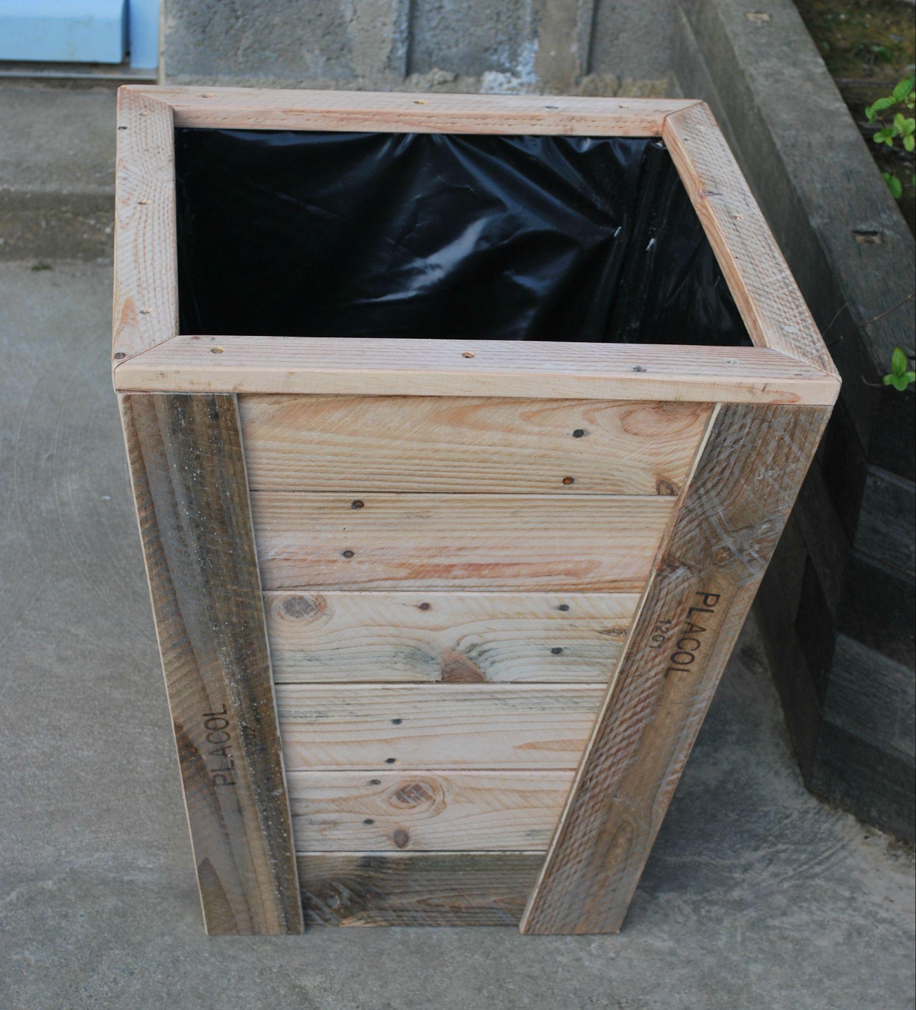 jardini re en bois de palette recycl e au bout du bois mobilier ext rieur palette bois. Black Bedroom Furniture Sets. Home Design Ideas