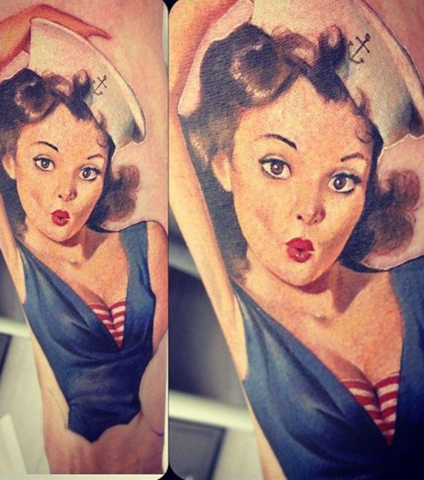 Tatouage d 39 un pin up dans le style marin sur le bras tatouages id e tatouage et pin - Tatouage bande bras ...