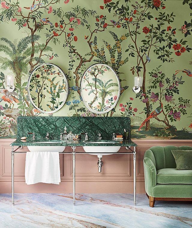 Photo of Zuber Wallpaper Grün Chinoiserie Badezimmer Pink Wainscoting Velvet Sofa