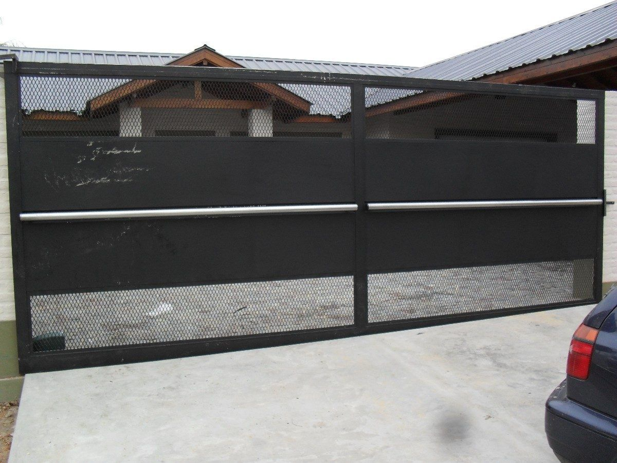 Portones corredizos de metal y madera con puerta - Mallas de hierro ...