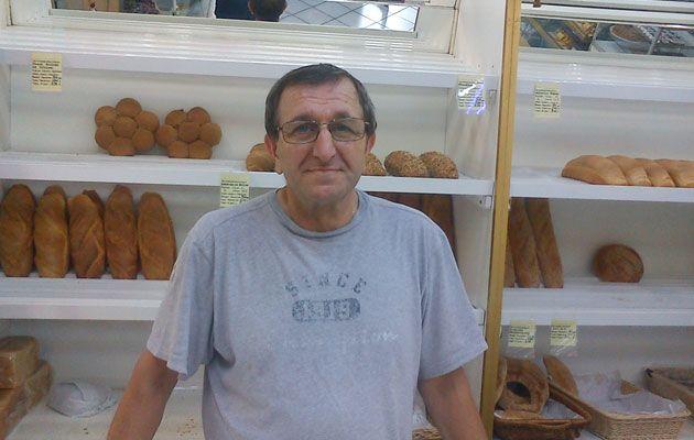 Ο Γιώργος Ζάχαρης μαζί με τη σύντροφό του Βούλα ειδικεύονται σε εξαιρετικό ψωμί με προζύμι και σε λαμπρή μουσταλευριά. Πώς λένε αλυσίδες φούρνων; Καμιά σχέση. Λασκαράτου 15, Κυπριάδη, Άνω Πατήσια, δίπλα στο µπαρ «Κόµης», 210 2230052.
