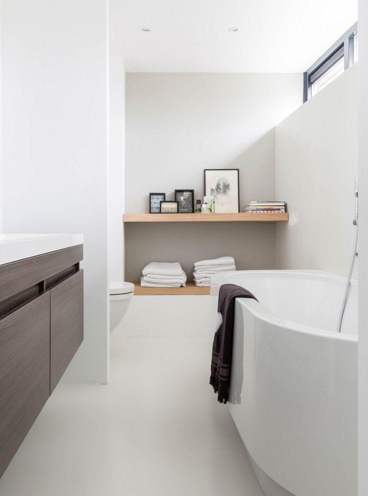 Witte badkamer met donker en licht eiken elementen - Spaces ...