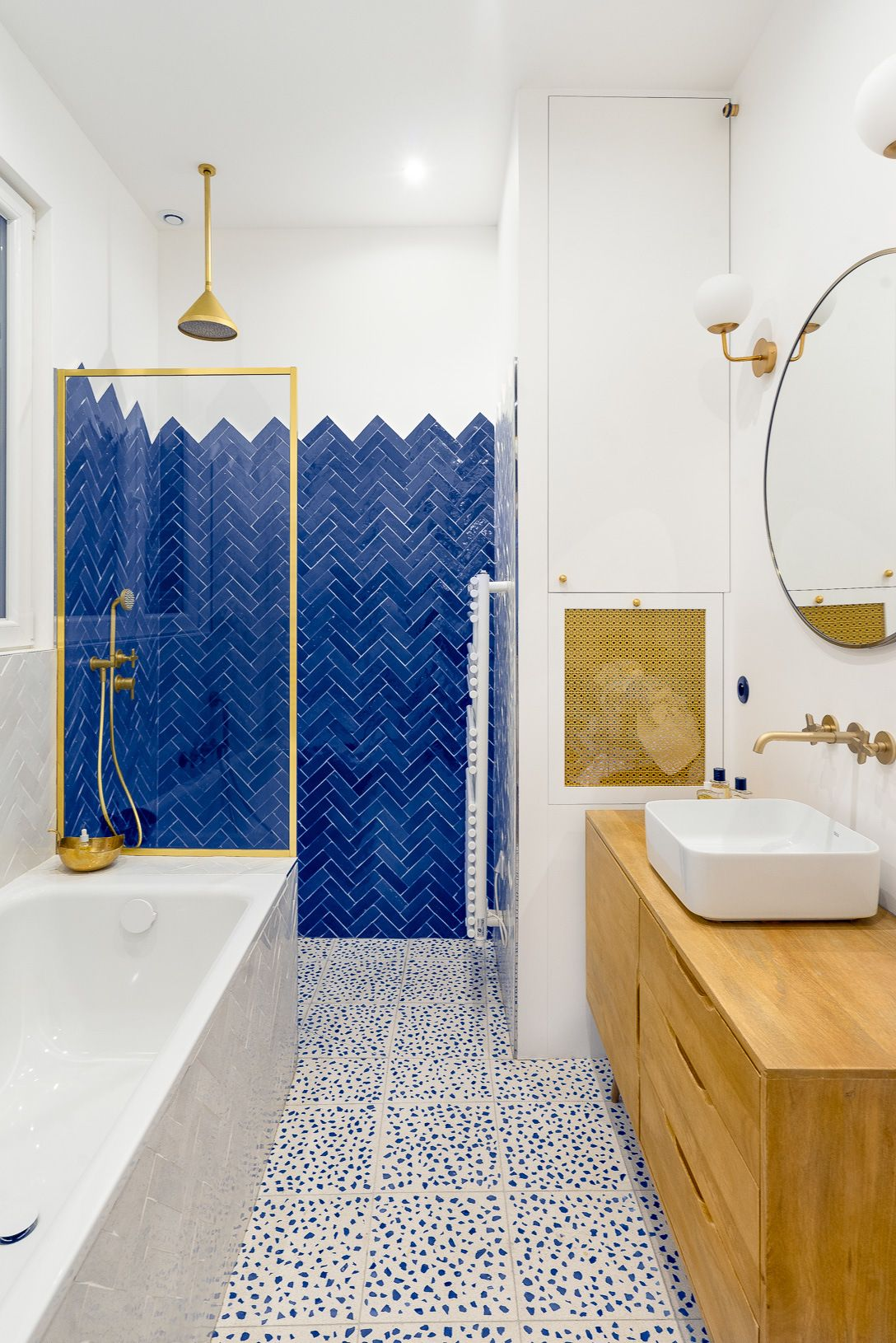 Salle de bain colorée avec meuble de salle de bain en bois et ...