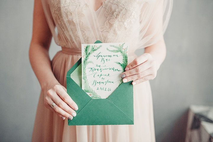Rustic and cozy winter wedding styled shoot | Emerald winter wedding invitations | fabmood.com #winterwedding #weddinginvitation #wedding #rusticwedding #weddinginvites