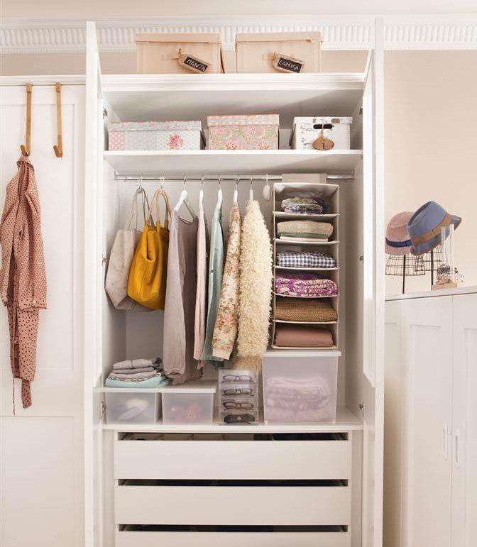 Interior de armario de dormitorio con orden