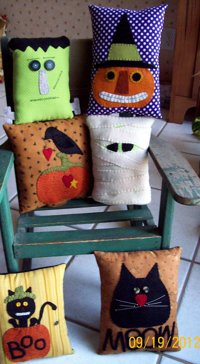PRiM MUMMY PiLLoW  OrNiE HaLLoWeeN BaSH  5-inch x 8-inches WooL FeLT PeNNyRuG HaNDMaDe  PiLLoW.