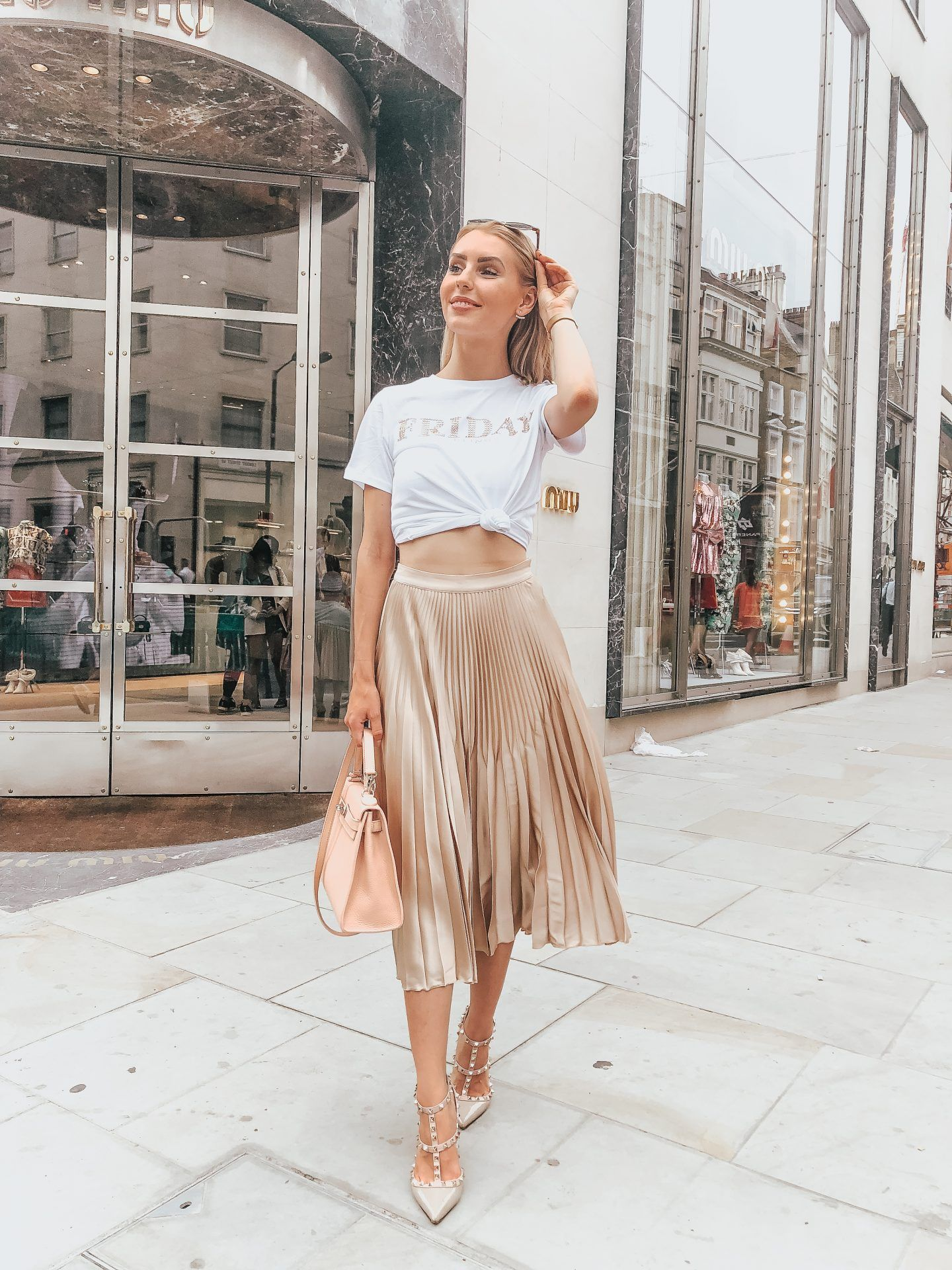 8b5613292ac584 The perfect gold pleated skirt outfit for a casual look! Maria is wearing a  gold pleated skirt from Reiss
