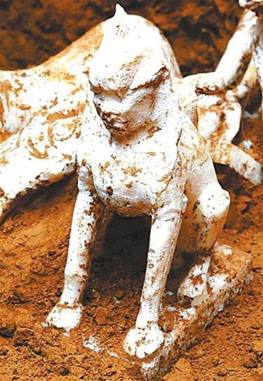 De fijn gesneden sphinx standbeeld is 36 cm hoog en 21 cm lang en 13 cm brede basis.  Het heeft een menselijk gezicht met een bult op het hoofd en een zittende leeuw lichaam.  Credits: Ningxia Cultural Relics en Archeologie Institute