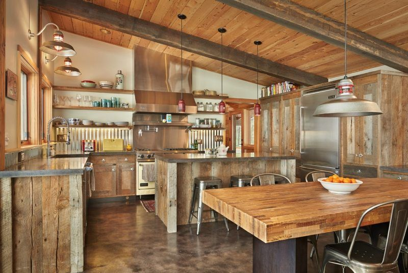 Cuisine rustique en bois tabourets chaises et luminaires de style industriel