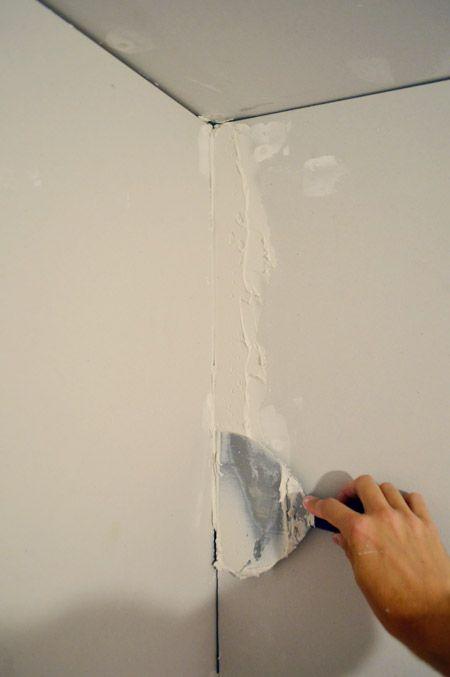How To Tape, Mud, And Sand Drywall Réparations de maison, Platre - Plinthes Bois A Peindre