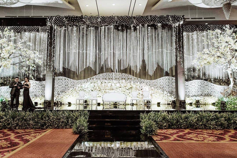 17 Inspirasi Desain Dan Dekorasi Pelaminan Bergaya Modern Untuk Pengantin Kekinian Bridestor Dekorasi Panggung Pernikahan Inspirasi Latar Belakang Pernikahan
