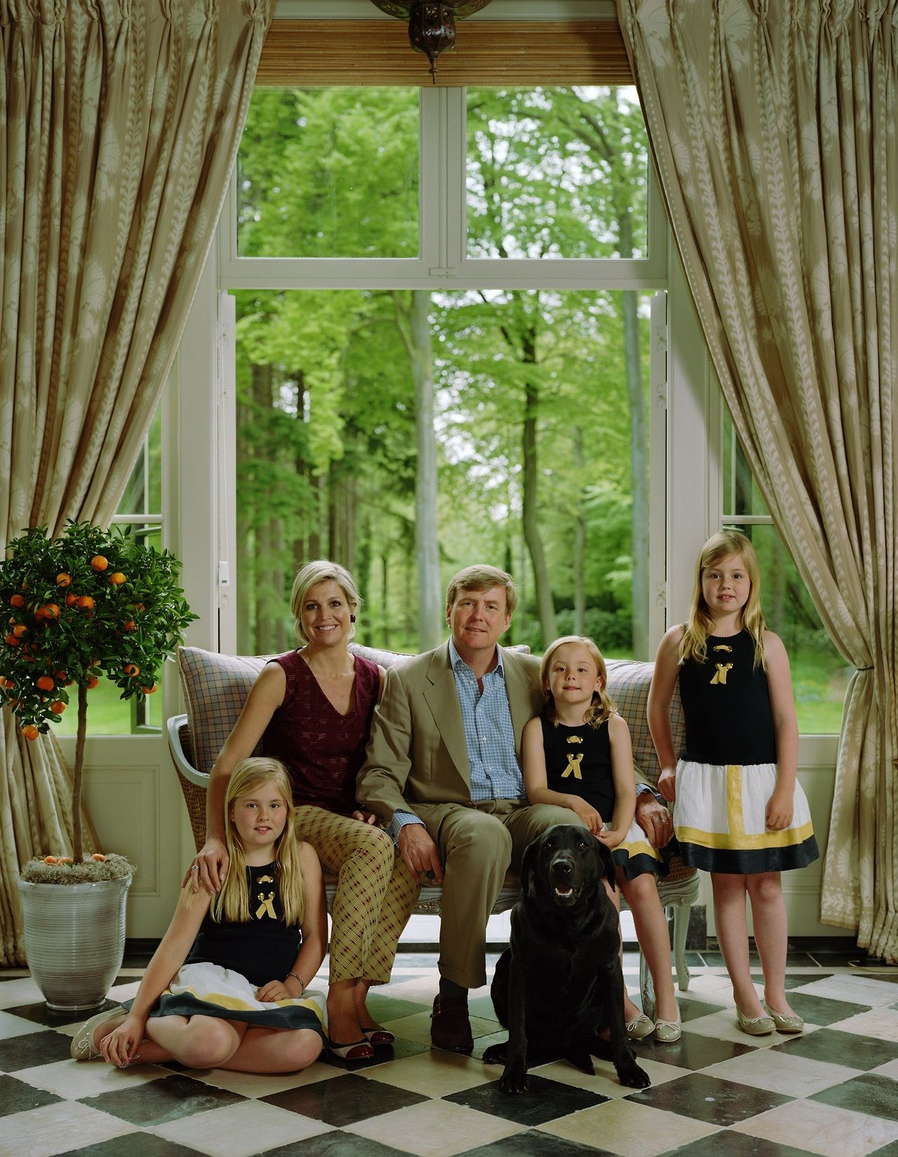 Koningin Maxima , Koning Willem-Alexander, met prinsessen Amalia,Alexia en Ariana