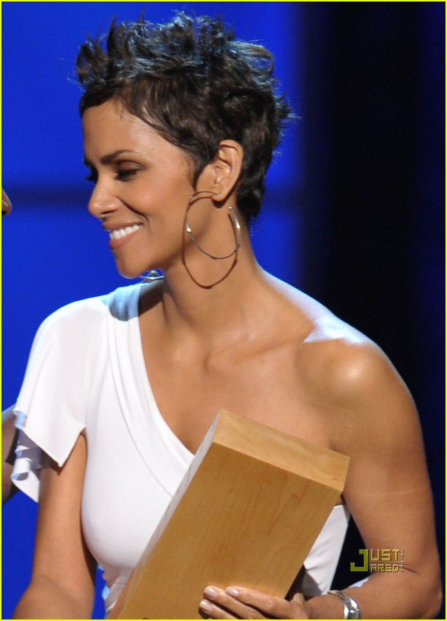 halle-berry-cnn-heroes   Cheveux très courts, Coupe de cheveux courte, Cheveux courts