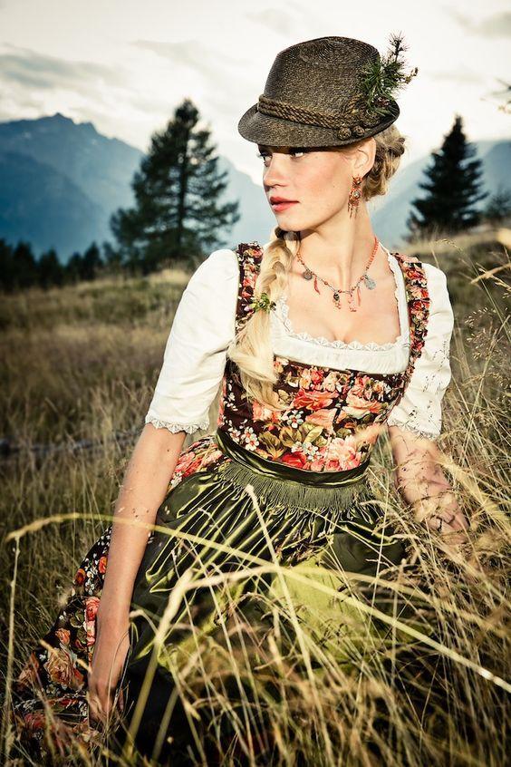Dieses harmonische Dirndl Ludovika mit Blumenprint von der Designerin Lena Hoschek versprüht ihre Liebe zum Detail. Waldgrün (Farbpassnummer 12) Kerstin Tomancok Farb-, Typ-, Stil & Imageberatung