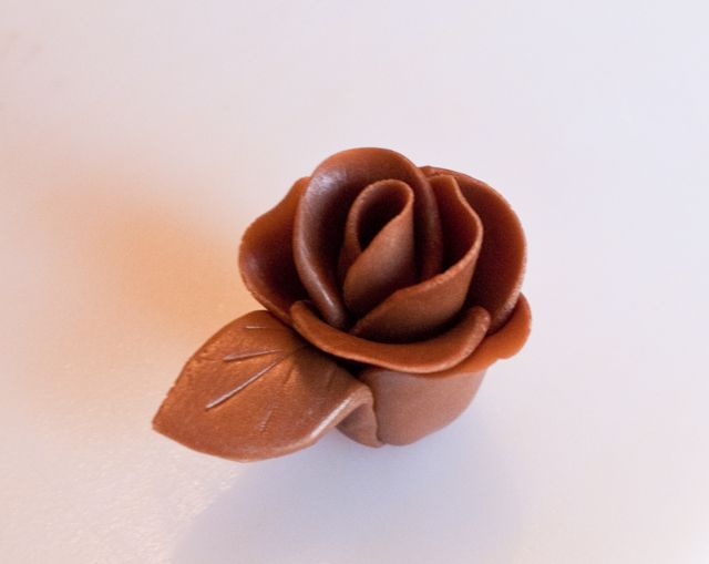 Did you can make roses just like cake decorators make with fondant by simply using candy? Here are my easy step-by-step instructions for roses made with tootsie rolls and fruit roll ups.