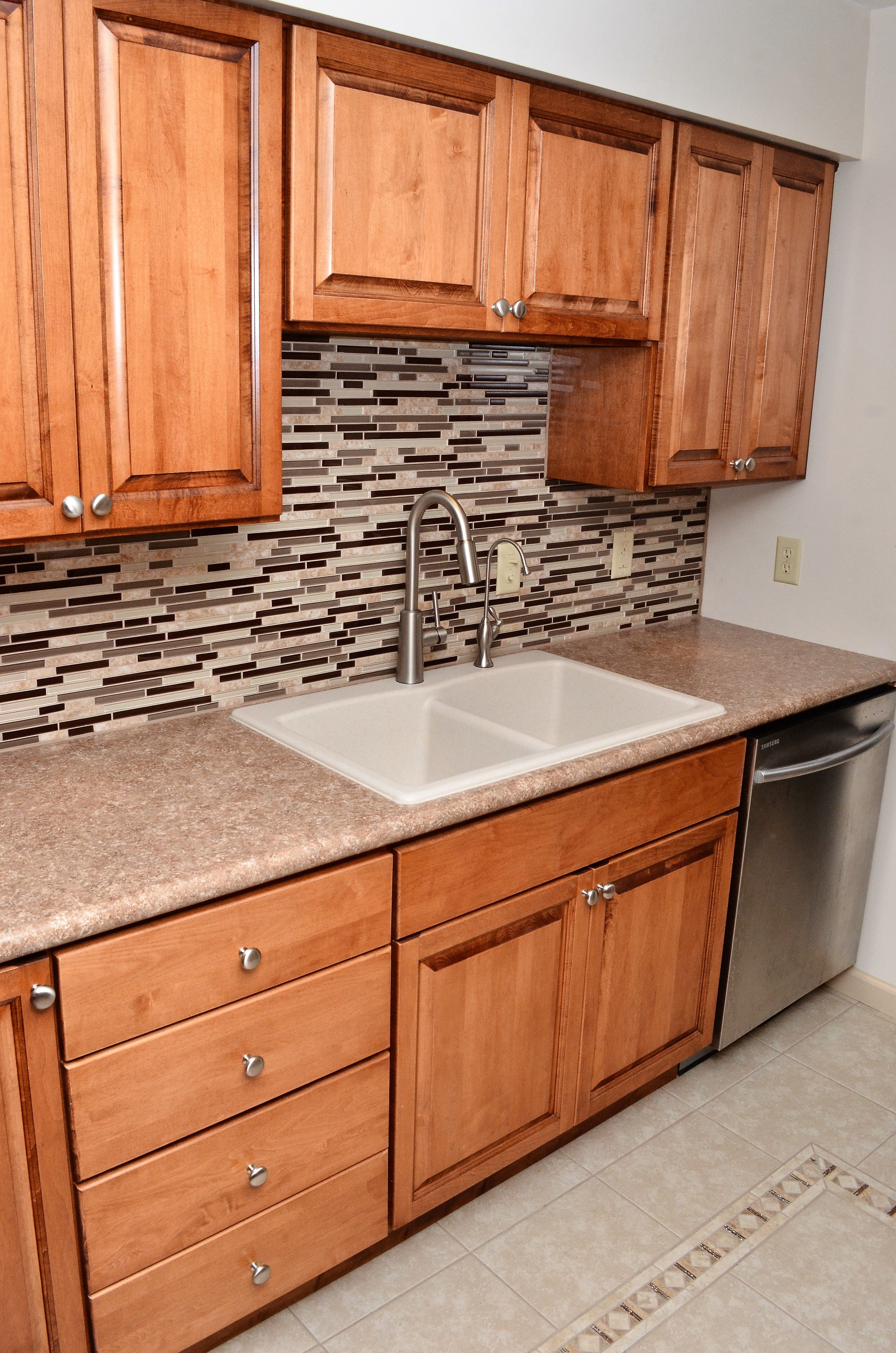 Haas Lifestyle Door Style Upland Maple Pecan Maple Cabinets Cabinetry Kitchen