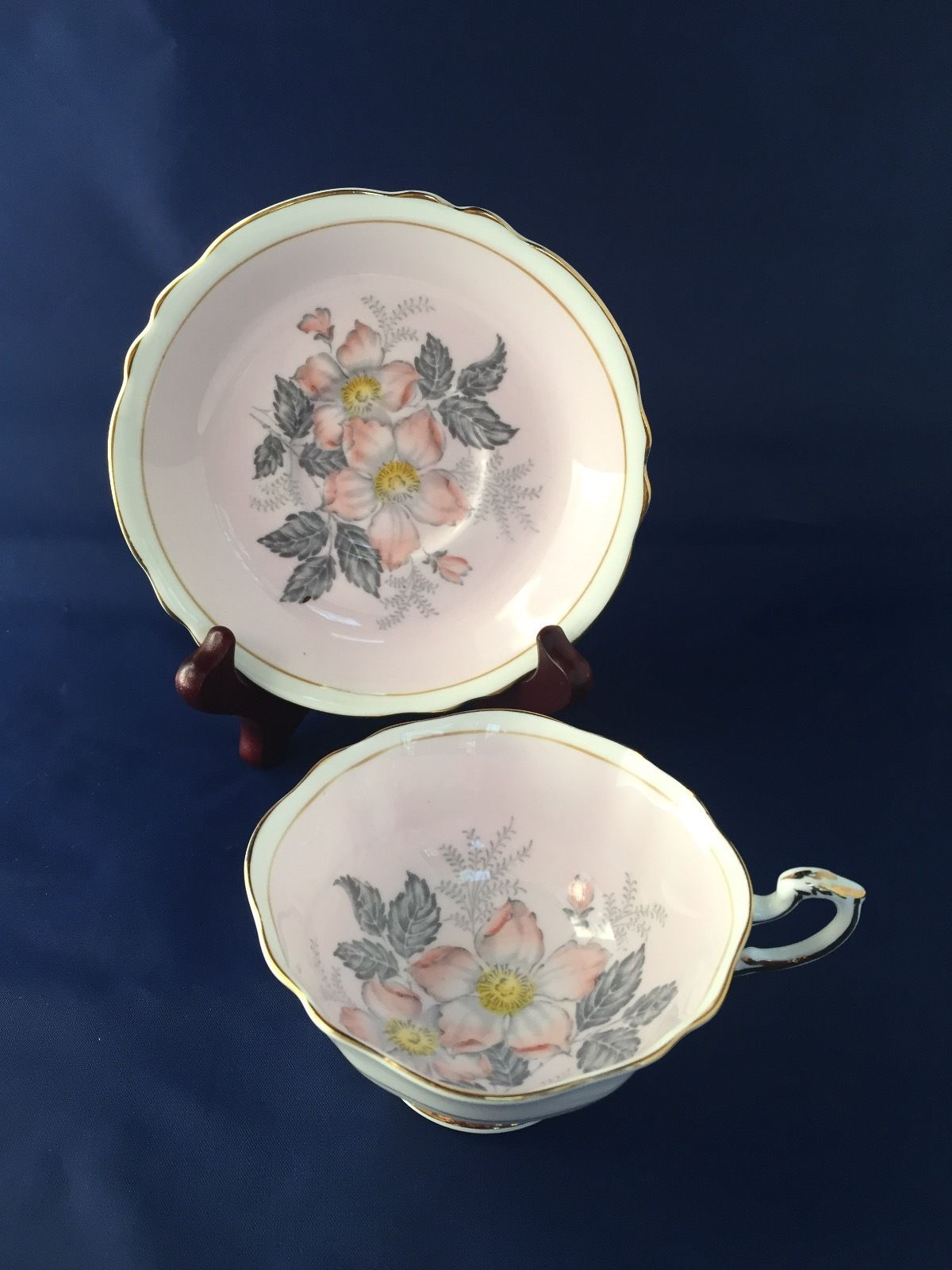 Royal albert bone china tea cup amp saucer winsome pattern ebay - Paragon Tea Cup And Saucer With Pink Gray Flowers Queen Mary England