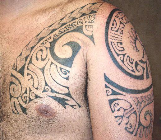 Tatouage Polynesien Maori Armure Sur Pectoraux Haut Epaule Bras