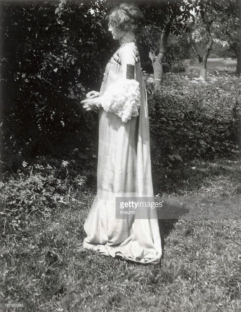 Emilie Floege in a reform dress - Summer Dress. Brauhof. Litzlberg. Lake Attersee. Photograph by Gustav Klimt. About 1906. (Photo by Imagno/Getty Images) Emilie Flöge in einem von Gustav Klimt entworfenen Sommer-Kleid (Hängekleid