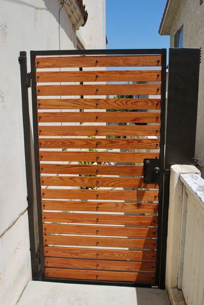 Wooden Gate With Metal Frame Ideas Portoes De Madeira Garagens De Madeira Portoes Laterais