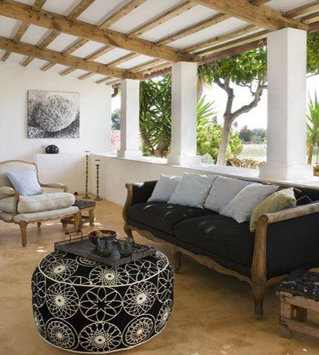 Una butaca de estilo barroco un sof de estilo colonial un pouf a modo de mesa auxiliar de - Sofas estilo colonial ...